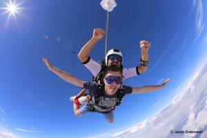 Skoki spadochronowe wtandemie – podaruj podniebny upominek!